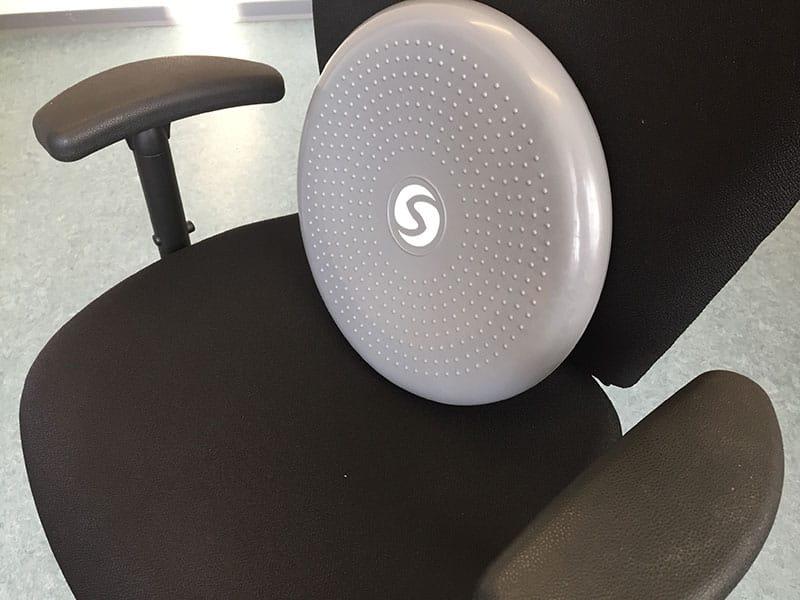 Balancekissen Test Sitzkissen Sportastisch auf dem Stuhl