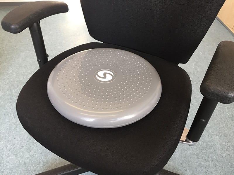 Balancekissen Test Sitzkissen Sportastisch glatte Seite auf Stuhl Ballsitzkissen Sitzballkissen