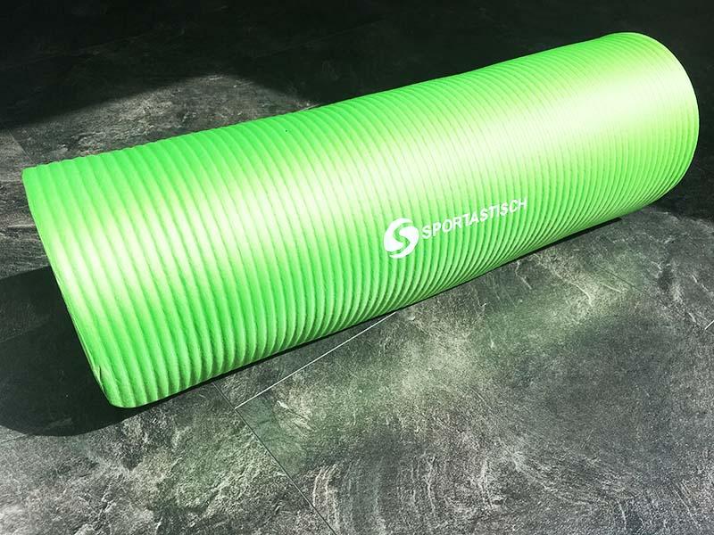 Yoga Matte Test Gym Mat Pro Sportastisch eingerollt