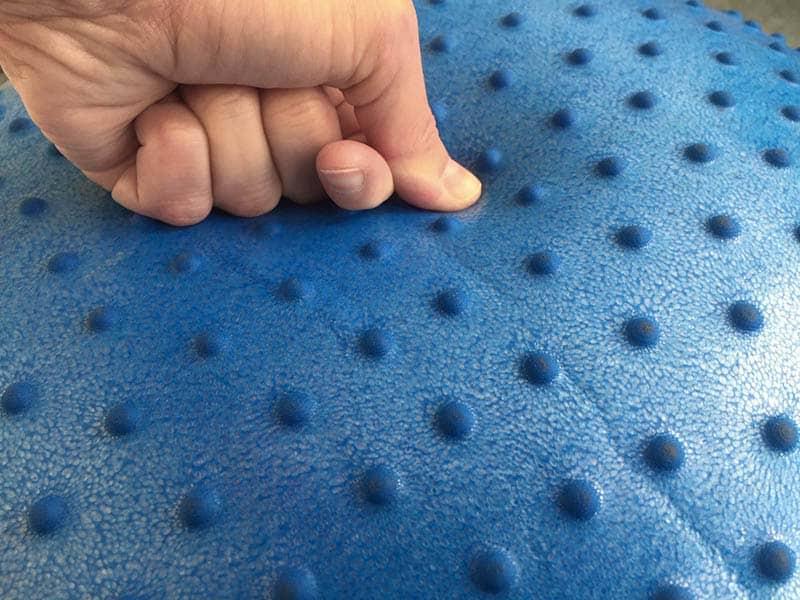 Der Sportastisch Massage Gym Ball besteht aus angenehmen Material.